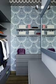 carta da parati su armadio la cabina armadio con tappezzeria lotus papers di farrow e