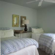Pretty Guest Bedrooms - how to decorate your guest bedroom for fall