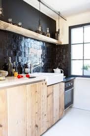 zellige de cuisine zellige dans la déco cuisine en bois crédence en carreaux noirs