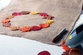 diy table runner burlap fall leaves crafts unleashed