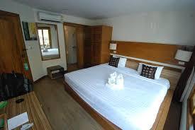 salle de bain dans une chambre la chambre n 6 vue vers la salle de bain ร ปถ ายของ โรงแรมเว ยง