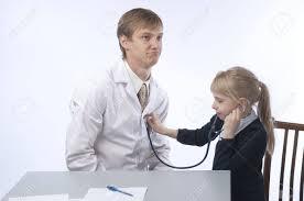 robe de chambre blanche le médecin en robe de chambre blanche et la fille à à la
