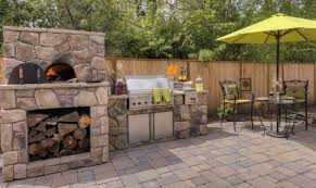 outdoor k che mauern pizzaofen mauern stein naturoptik terrasse holz outdoor küche