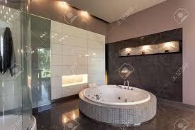salle de bain luxe baignoire ronde dans une salle de bain carrelée intérieure de luxe