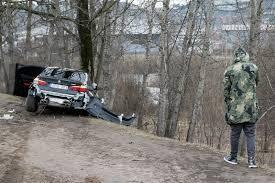 bmw rally off road vos prieš mėnesį iš salono išvažiavęs bmw po smūgio į medį