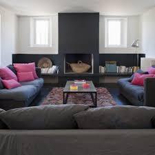 canap fushia un salon avec cheminée nos idées déco canapé gris fushia et