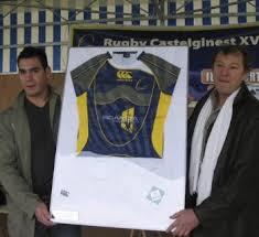 Yves Chambon, fondateur de Scandia sports présente le nouveau maillot à Simon, deuxième ligne du RC XV. Yves Chambon, fondateur de Scandia sports présente ... - 200903121323_w350