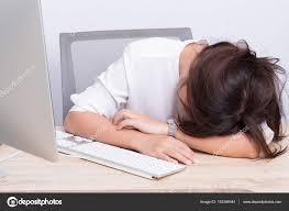 sieste au bureau femme faire une sieste au bureau photographie chja 153304944