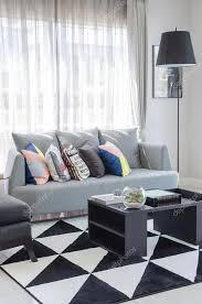 salon avec canapé gris tonalité de couleur noir et blanc salon avec canapé gris moderne