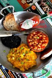 cuisine irlandaise typique brunch façon irlandaise oeufs brouillés black pudding haricots