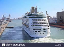 royal carribean royal caribbean cruise ship mv voyager of the seas leaving