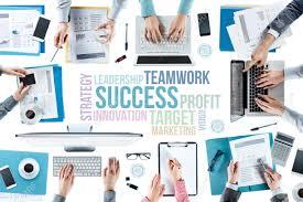 au bureau 91 concepts de texte d affaires et de l équipe d affaires travaillant
