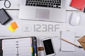 gadgets de bureau mélanger de fournitures et de gadgets de bureau sur une table de