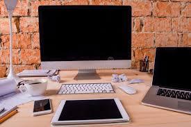 bureau de studio bureau avec de divers instruments et fournitures de bureau