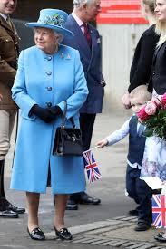 queen handbag queen elizabeth ii here s what the queen carries in her handbag