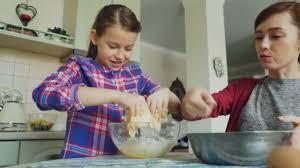 mere et fille cuisine fille mignonne aider sa mère dans la cuisine en remuant la