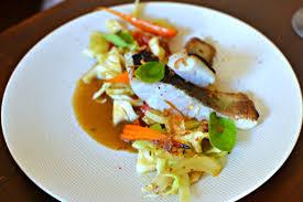 cuisiner le lieu jaune lieu jaune grillé au yuzu fenouil et salade de chou acidulée la