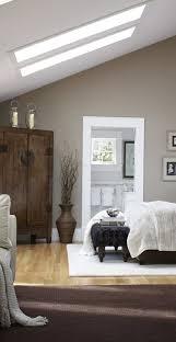 schlafzimmer gestalten schlafzimmer gestalten brauner teppich kleiderschrank dachschräge