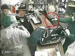 rapina in rapina in gioielleria con sparatoria arrestato un ventiduenne