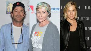 luke perry and jennie garth pay tribute to shannen doherty at epic