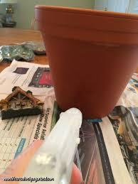 decoration avec des pots en terre cuite elle colle des cailloux sur un pot en terre cuite mais ce n u0027est