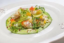 fond blanc en cuisine carpaccio de crevettes avec sauce agrume sur un fond blanc
