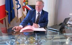 serie le bureau serie le bureau télécommandé du maire de chilly mazarin le parisien