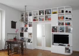 libreria ponte separare cucina e soggiorno con un mobile a ponte sulla porta