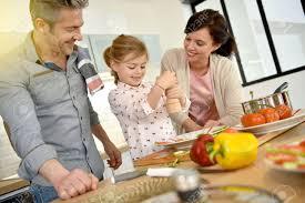 cuisine avec enfant les parents avec enfants cuisine ensemble à la maison banque d