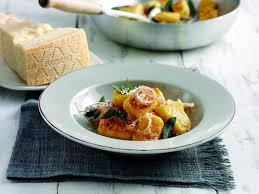 comment cuisiner des gnocchi recette gnocchis de potiron et grana padano à la sauge