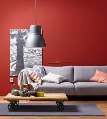 wandgestaltung rot einrichten wand in rot plus sofa in grau bild 7 schöner wohnen