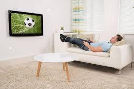 sur canapé détendu mi adulte allongé sur canapé regarder football match