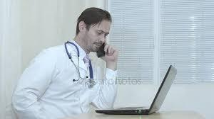 le sexe au bureau médecin de sexe masculin parler au téléphone médecin travaillant