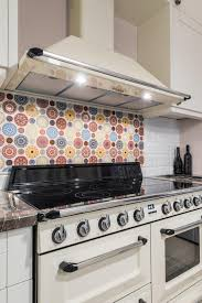 gaz de cuisine intérieur de cuisine avec les appareils modernes four cuisinière à