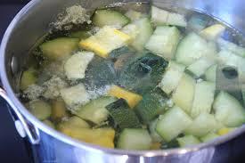 cuisiner la courgette soupe à la courgette mozzarella et curcuma pour ceux qui aiment