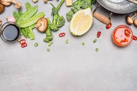 chinois à la cuisine légumes chinois ou thaïlandais et épices de cuisine faisant cuire