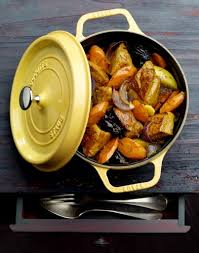 cuisiner le veau en cocotte cocotte de veau aux carottes et aux pruneaux régal
