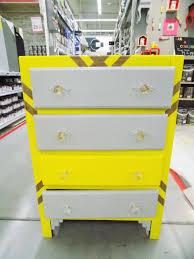 transformer un meuble ancien commode peinte en jaune commode vintage pieds compas années 50