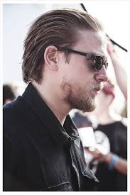how to get thecharlie hunnam haircut something so hot about slicked back hair scruff 3 charlie
