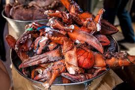 cuisiner homard congelé le homard congelé griffe dans le seau en métal au restaurant image