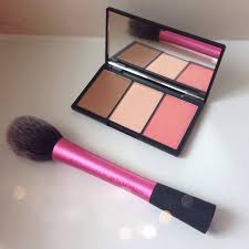 i must admit that i was shocked when i saw how tiny the palette was when sleek makeup face form
