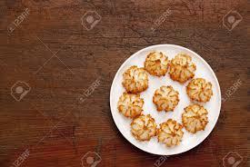 assiettes en bois assiette de macarons noix de coco sur table en bois ancienne rayé