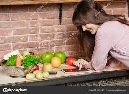 tablette pour recette de cuisine femme heureuse de cuisson dans la cuisine femme utilise une