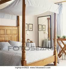 couvert lit banque de photo vue de a affiche quatre lit couvert dans