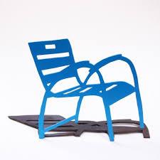 chaise bleue bleue 2d avec ombre sur socle de la promenade des anglais
