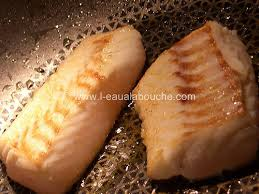 cuisiner un dos de cabillaud dos de cabillaud sauce au vin blanc crevettes l eau à la bouche