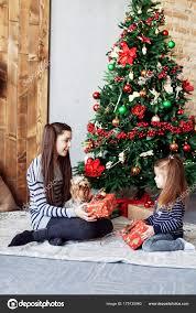 imagenes de navidad hermana niña le da regalo a hermana el concepto de navidad y año nuevo