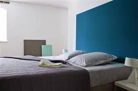 chambre bleu avec une peinture inspired by pantone tollens
