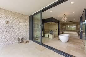 salle de bain ouverte sur chambre dans la chambre on a gommé les limites dedans dehors avec une