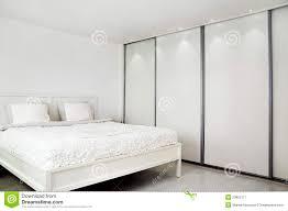 Schlafzimmerm El Ohne Bett Schlafzimmer Bett Und Ein Wandschrank Stockbild Bild 23805117